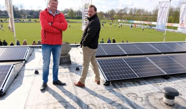 KOSC-voorzitter Harold Rorink en Robert ter Horst van hoofdsponsor Home-NRG zij blij met de zonnepanelen.