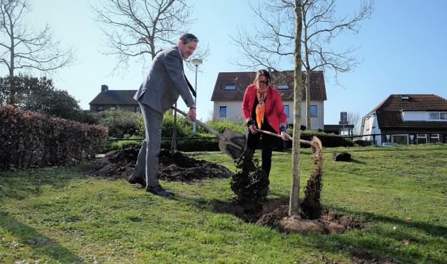 de zogenaamde WUR-boom werd donderdag achter het Huis van de Gemeente geplant. Burgemeester Hans van der Pas was één van de planters. (Foto: Max Timons)