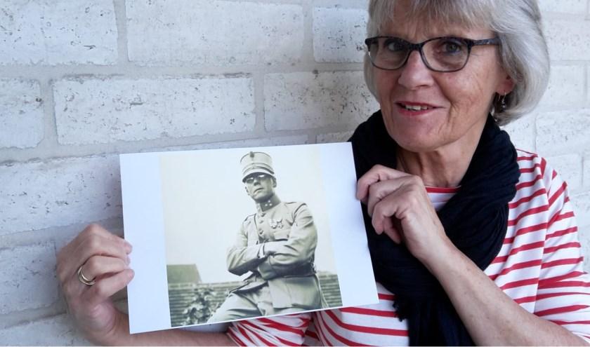 Willemieke Holwerda met de foto van haar grootvader Dirk van Alewijk.  FOTO: Marcel Bos