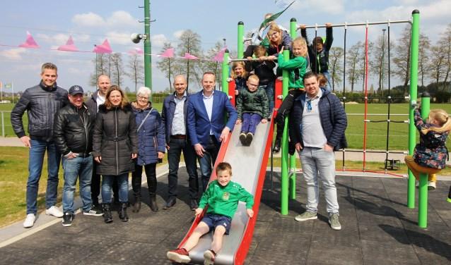 De mensen van SC Groessen, de Club van 50 en Das Groessen die de aanleg van het veld mogelijk maakten.