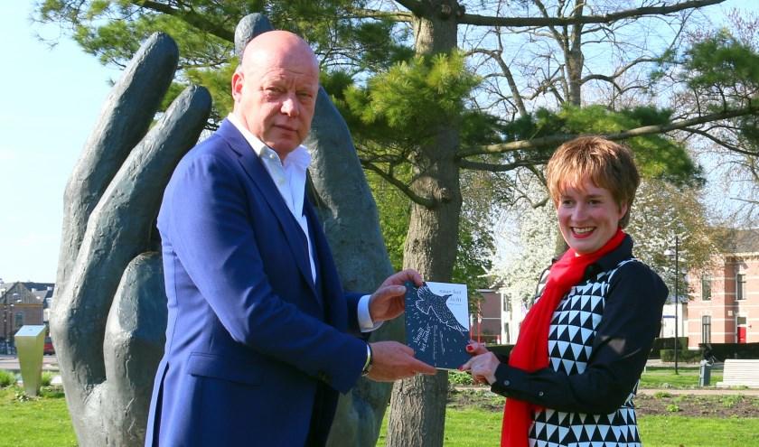 Frits Wester en Leonie Vrieze en het eerste exemplaar van de bundel