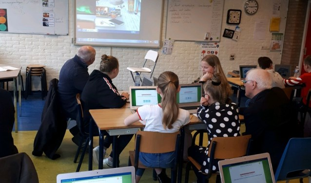 Het project 'Maatjes achter de computer' wordt mogelijk gemaakt door het Oranjefonds en de Provincie Overijssel.