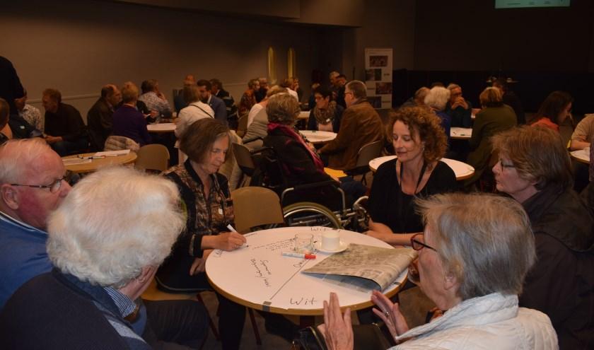 Bezoekers discussieerden aan tafels over ideeen voor de voormalige congreshal van de Jehova's Getuigen. (Foto: Rick Praamstra)