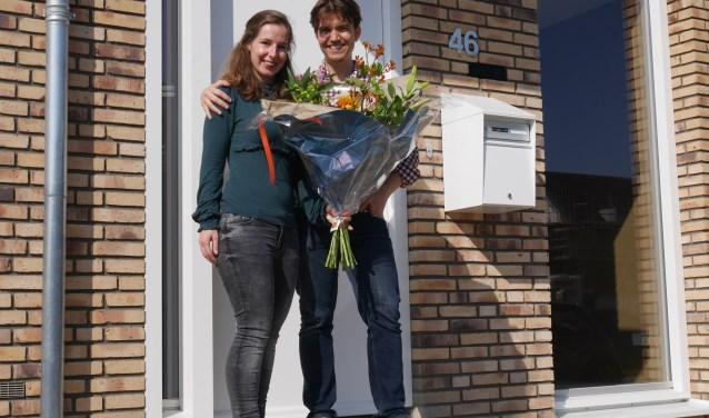 Tijn Benschop en Heleen van Balkom op de drempel van 'hun' Healthy Home. Zij gaan de komende twee jaar in de praktijk onderzoeken hoe gezond wonen het beste vormgegeven kan worden.