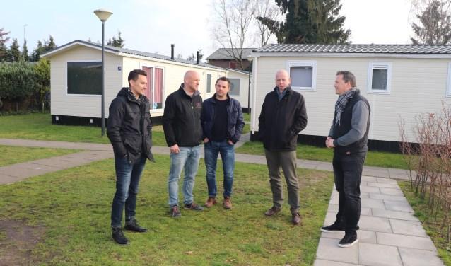 Van der Voorn en Van Essen van EE-Accommodations ontvangen Zwart, Hoogendijk en Van de Poll van Gemeentebelangen.