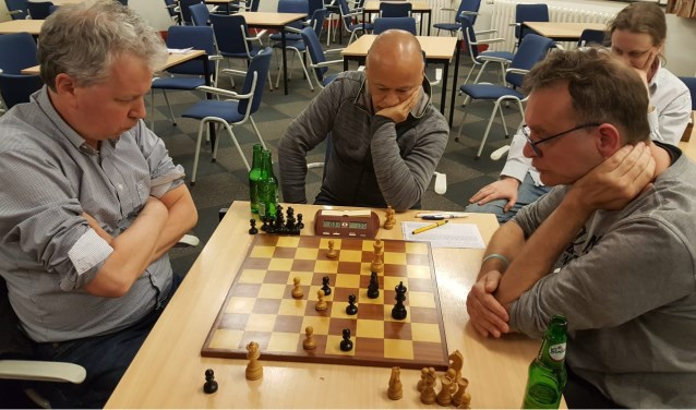 De spannende slotfase van het duel Verhoef en Markering (links).(foto: Rinus van der Molen)