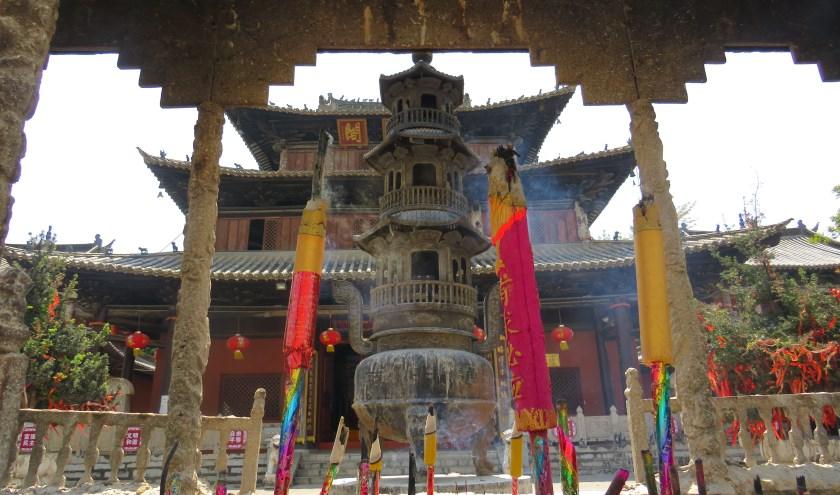 Veel leerlingen bezoeken samen met het gastgezin deze Chinese Tempel in Mengzi. (Foto: Jara van der Elst)