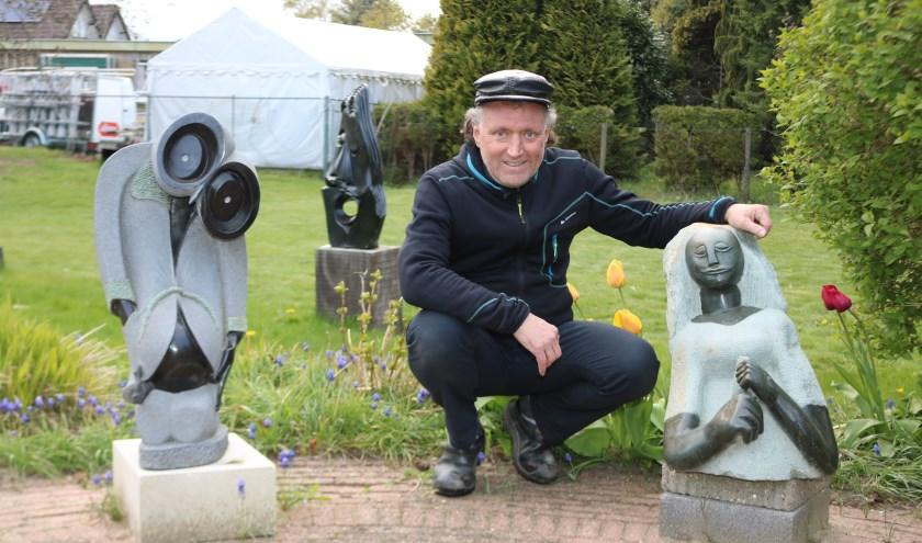 Nico van Kan in zijn beeldentuin bij één van zijn beelden. (Foto: Arjen Dieperink)