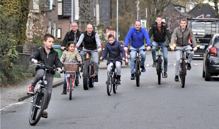 Het bestuur van de stichting de '8 van Heelsum' samen met enkele kinderen van de dikke banden race op de fiets. Foto: gertbudding.nl