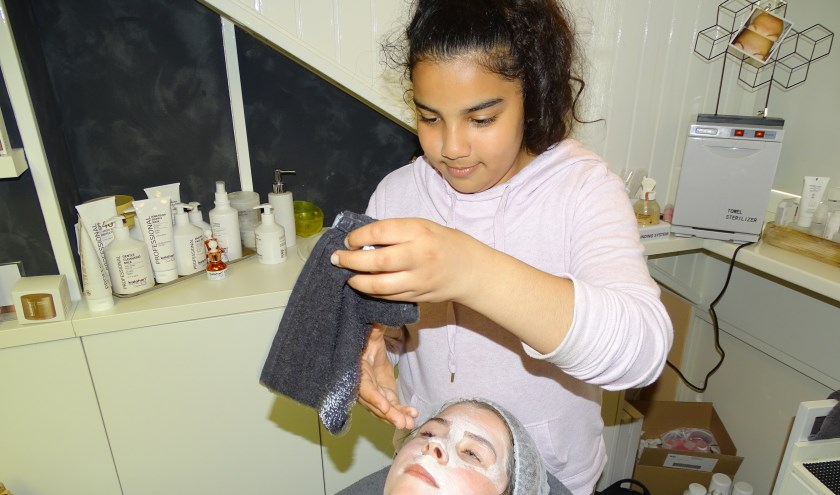 Zelf doen is ervaren deze middag. Ranim maakt als een echte schoonheidsspecialist de huid schoon van Brechtje. (Foto: Margreet Nagtegaal)