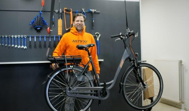 Etien Gallé legt de laatste hand aan de fietsen voor zijn testcenter. Foto: Robbert Roos