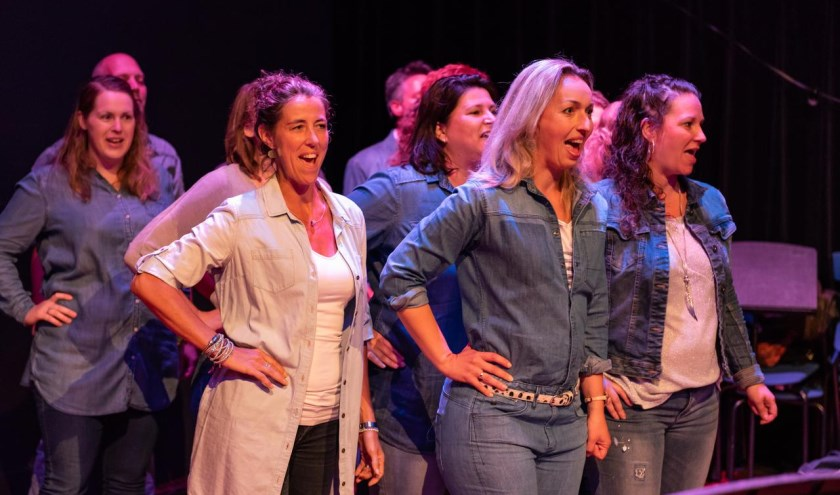 De Osse Nacht is de opvolger van de Nacht van Muzelinck, waar lokaal talent en creatieve uitingen een podium kregen om zich voor een volle zaal te presenteren. Nu is Theater van de Stad ook aan boord.