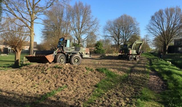 De Genie uit Vught is maandagmorgen begonnen met de aanleg van een speelheuvel voor de Natuurspeeltuin Helvoirt.