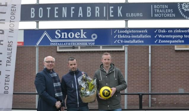 Het nieuwe reclamebord van Botenfabriek op sportpark De Heughte van VSCO'61. (Foto: Dik Leusink)