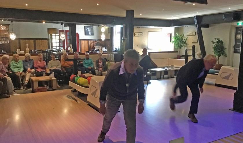 De gezellige groep bowlt sinds november 2018 wekelijks in Hellendoorn. Foto: Roselien Slagers.