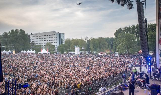 Bevrijdingsfestival Overijssel is op zoek naar vrijwilligers. Ze kunnen zich aanmelden voor verschillende taken. (foto: archief Frans Paalman)