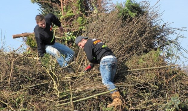 Xeno Obdeijn, die samen met Koen Steenbergen de houtploeg, bestaande uit veel jonge vrijwilligers uit het dorp, aanstuurt.