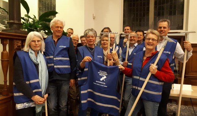 Tijdens de instructiebijeenkomst toonden de waterwachters trots hun uitrusting. FOTO: Danneke Verhagen
