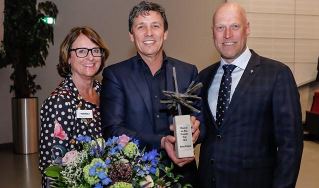 Jacco Vonhof (midden) ontvangt de ten Hag Prestatieprijs uit handen van juryvoorzitter Wilma van Ingen (links). Rechts staat Michel ten Hag.