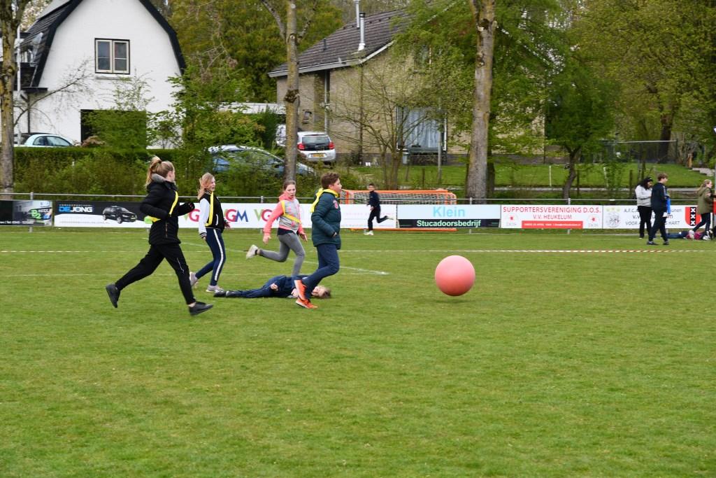 Voetballen met grote bal Foto: Ilse Pannekoek © Persgroep