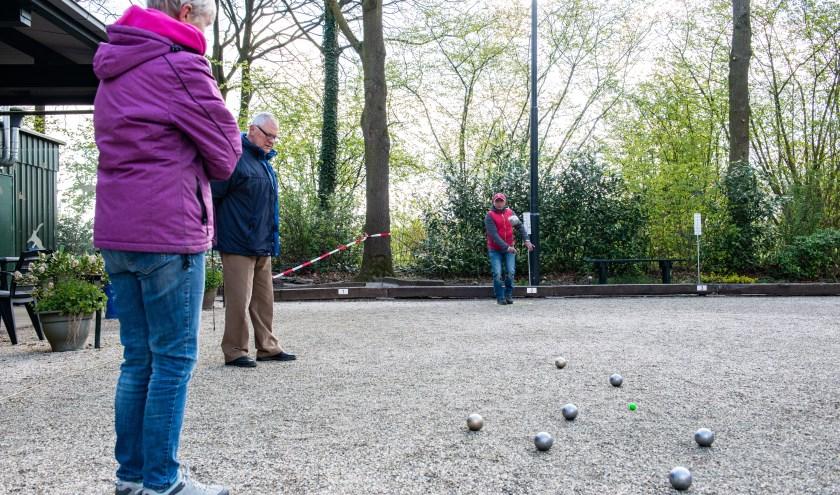 Bij Jeu de Boules Club Epétanque uit Epe werd afgelopen zaterdag een lentetoernooi gehouden. (foto: Dennis Dekker, www.mediamagneet.nl)