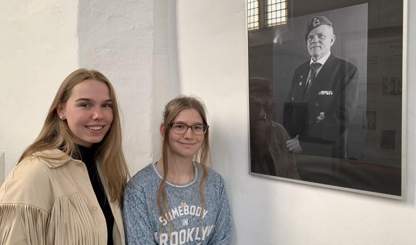 Femke Buitenhuis (l) en Tineke Habben Jansen bij een van hun foto's van veteraan Leo Mol. FOTO: Claudia van Putten