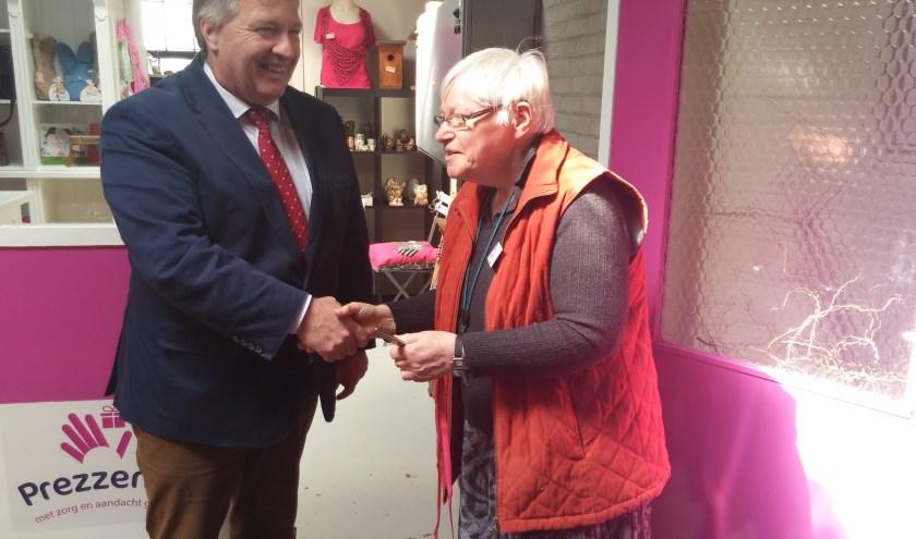 Wethouder Bragt en deelnemer Aartje openden samen het cadeauwinkeltje van Prezzent.