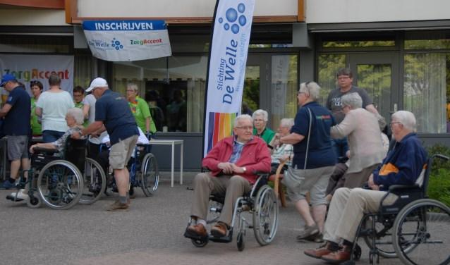 Deelnemers aan de Wandelmeerdaagse maken zich gereed voor vertrek. Een evenement waar iedereen van geniet.