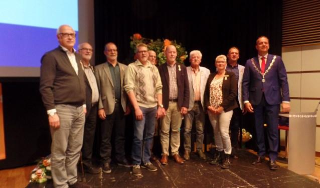 De Alblasserdammers, die vanwege hun langdurige vrijwillige inzet een lintje kregen opgespeld in de grote zaal van Cultureel Centrum Landvast.