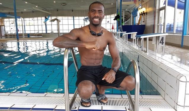 Een keer per week trekt Stephen Danyo anderhalf uur lang baantjes in zwembad West aan de Spaanseweg. Oók op zijn verjaardag, enkele weken geleden. (Foto: Emile Hilgers)