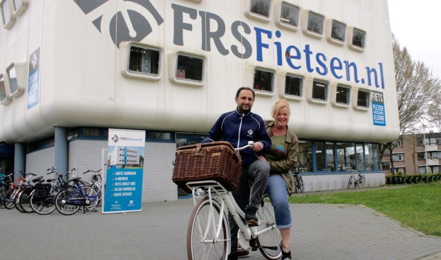 Initiatiefnemer Bianca van Noort met Farhad Hosseini van FRS Fietsen.