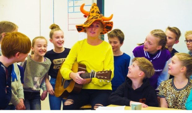 Bezoek Sanne Hans en Kinderen-voor-Kinderen aan klas vooruitwerking liedje. Foto: BnnVara