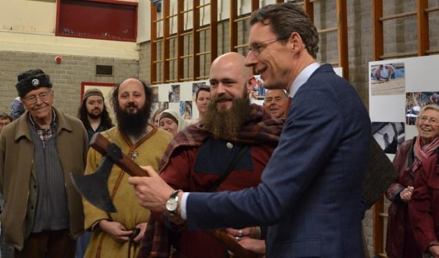 Tjapko Poppens onderhandelt namens de bouwgroep met Vikingen over de ruil van een bijl voor een amulet en munt voor onder de mast.