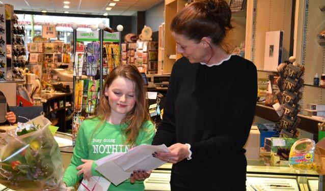 Miek leest een verhaal uit haar boek voor tijdens de presentatie op 13 februari (rechts moeder Cathelijne).