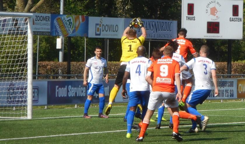 Ook in deze luchtslag komt de doelman van Sliedrecht als winnaar uit de bus in het duel met Oranje Wit (0-0).