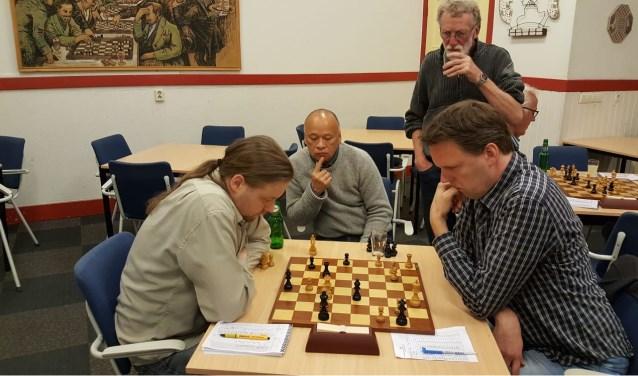 De strijd tussen Hotze Tetter Hofstra en Martijn Pauw op het hoogtepunt. En dat trekt belangstelling.Foto: Rinus van der Molen.