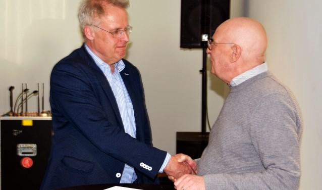 Links Arjen Bonnema, rechts Rijnweekvoorzitter Bert Bolderman. (Foto:Lara van Gelderen)