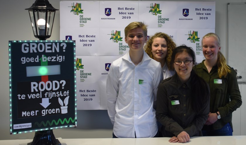 Het winnende team met als derde van links Annelies van Vastenhoven en rechts van haar Florieke Brink, beide uit Waalre.