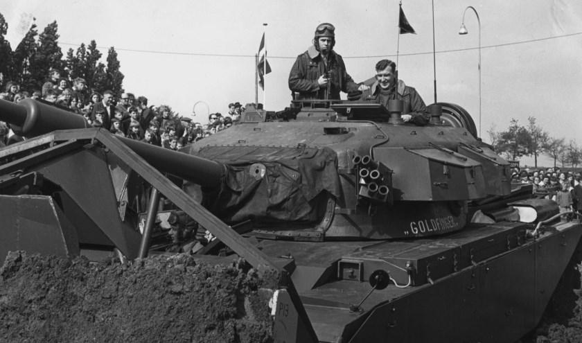 Gezeten in een tank startte burgemeester Gerard Scholten in 1968 de restauratie van de Heusdense vestingwerken. Foto: SALHA