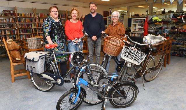 Ingezamelde fietsen bij Mini Manna, met in het midden Anita Gerritsen en Steven Kroon. (foto: Roel Kleinpenning)