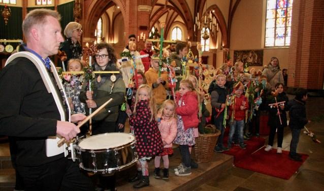 Kinderen met een palmpasenstok werden door de muziek opgehaald voor een optocht door de Grolse binnenstad. Foto: Eveline Zuurbier