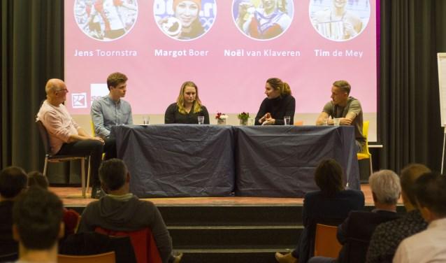 Topsporters praten over toekomst op Scala College. Op de foto van links naar rechts gespreksleider Jaap Bonkenburg, Tim de Mey, Noël van Klaveren, Margot Boer en Jens Toornstra.