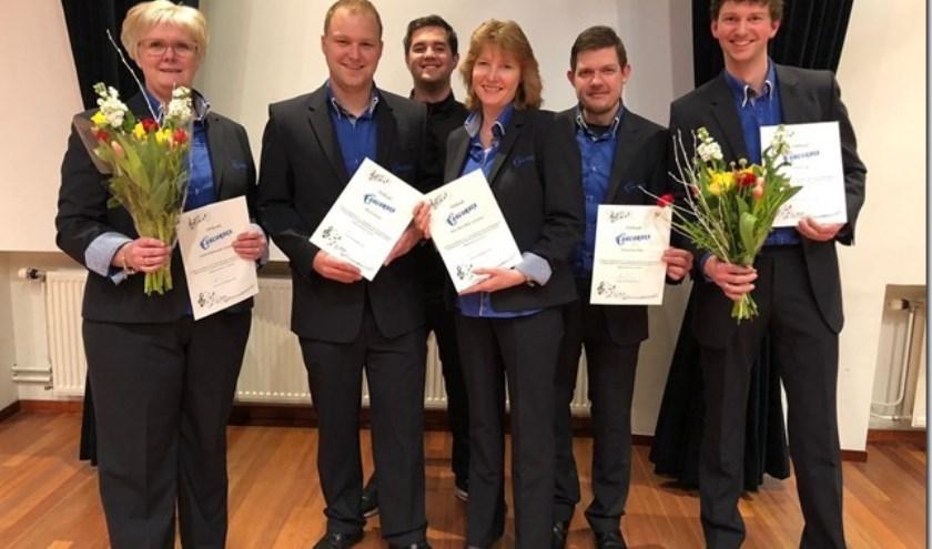 V.l.n.r.: Judith, Mike, Koen, Anne Marie, Arnoud, Martin (en Astrid, door werk afwezig) zijn tussen de 12,5 en 25 jaar lid van de Krimpense Muziekvereniging Concordia.