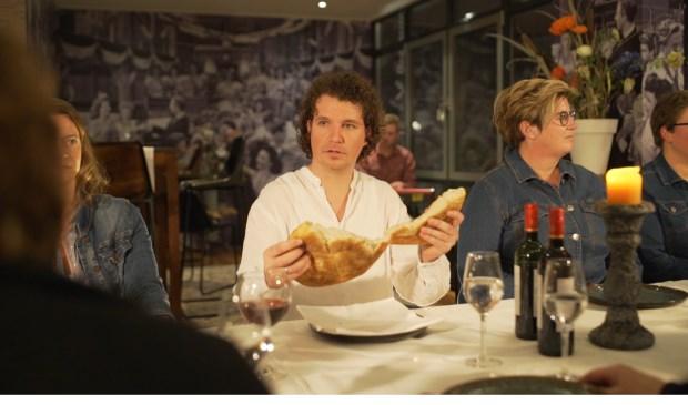 Hans Roerdinkholder breekt als Jezus het brood. (Foto: PR)