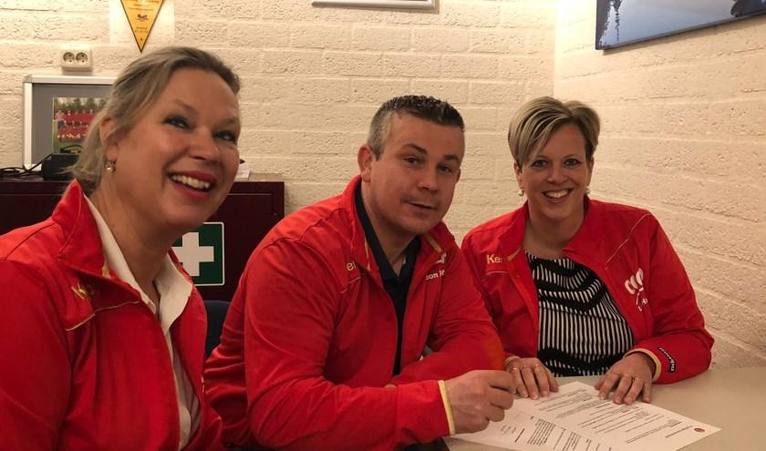 Janek Wyrwich ondertekent het contract als trainer/coach bij de vereniging. Eigen foto.