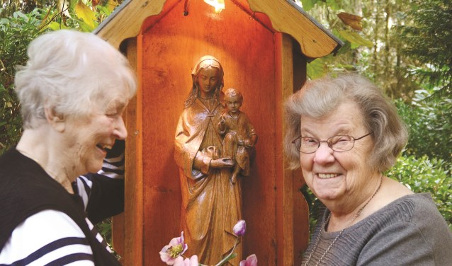 Zusters bij het kapelletje in Overdinkel.
