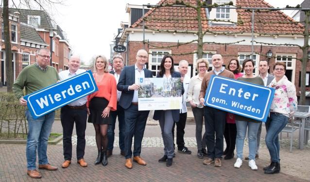 Wethouder Richard Kortenhoeven en gedeputeerde Monique van Haaf geven, samen met lokale ondernemers, startsein voor de Stadsbeweging. Foto: Nienke Runneboom.