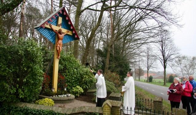 De buurt 'Rond Om het Kruis' houdt jaarlijks buurtfeest, waarbij ze ook geld inzamelen voor het onderhoud van het monument. (Foto E. Zuurbier)