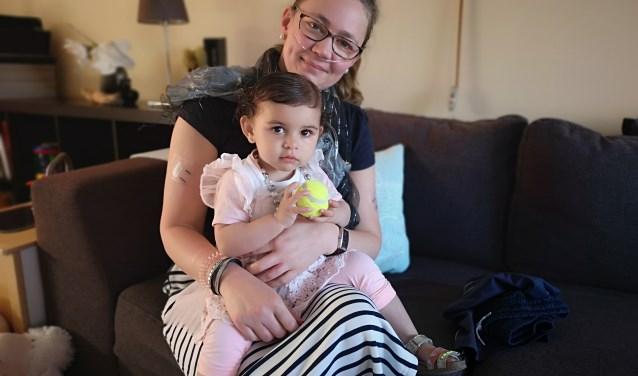 Lymepatiënt Rosan Tromp met haar jonge dochter Naomi. Eigen foto