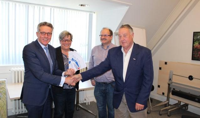 Wethouder Jan Berkhoff kreeg de flyer van voorzitter Jaap Roeters en de bestuursleden Meta Hagenbeek en Ton Hulsebos.